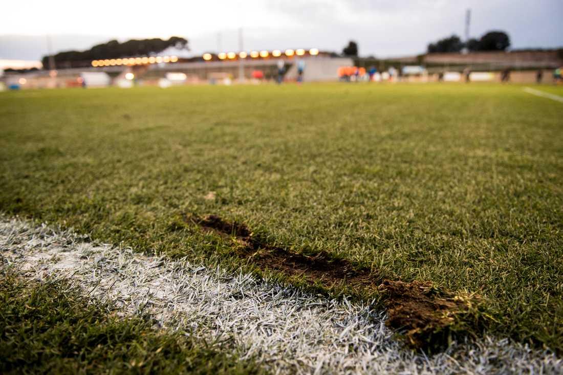 Planen hade en hel del brister i matchen mellan Halmstad och Elfsborg i Salou.