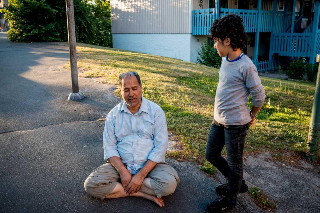 Ismail Darragi talar ingen svenska. Han har med sig sin elvaårige son Zaed som tolk