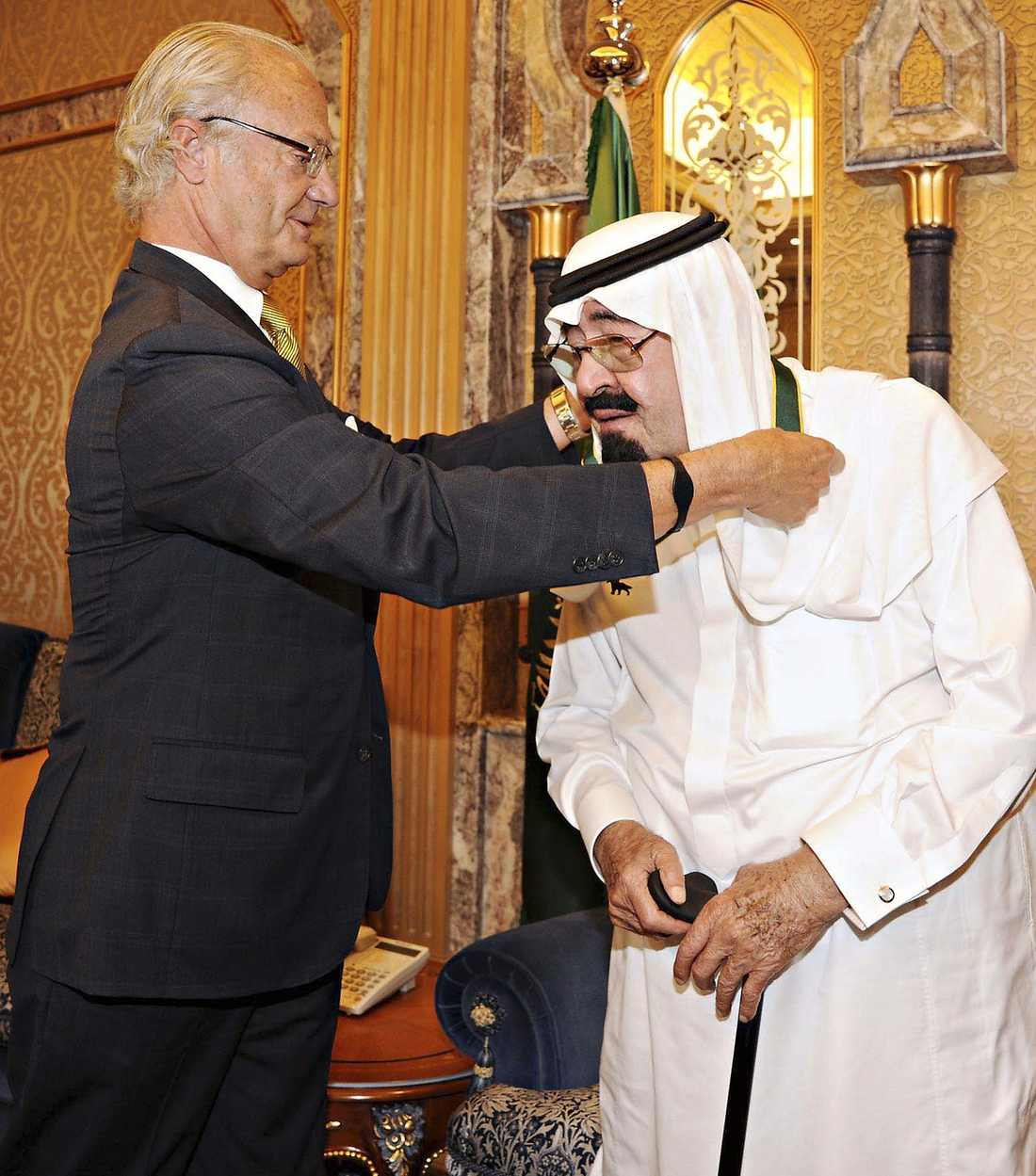 PRIS FÖR ENASTÅENDE TJÄNSTER  I fredags hedrade kung Carl XVI Gustaf Saudiarabiens kung Abdullah med förtjänsttecknet Bronsvargen. Av Amnesty beskrivs Saudiarabien som en dikatur där folket utsätts för övergrepp.
