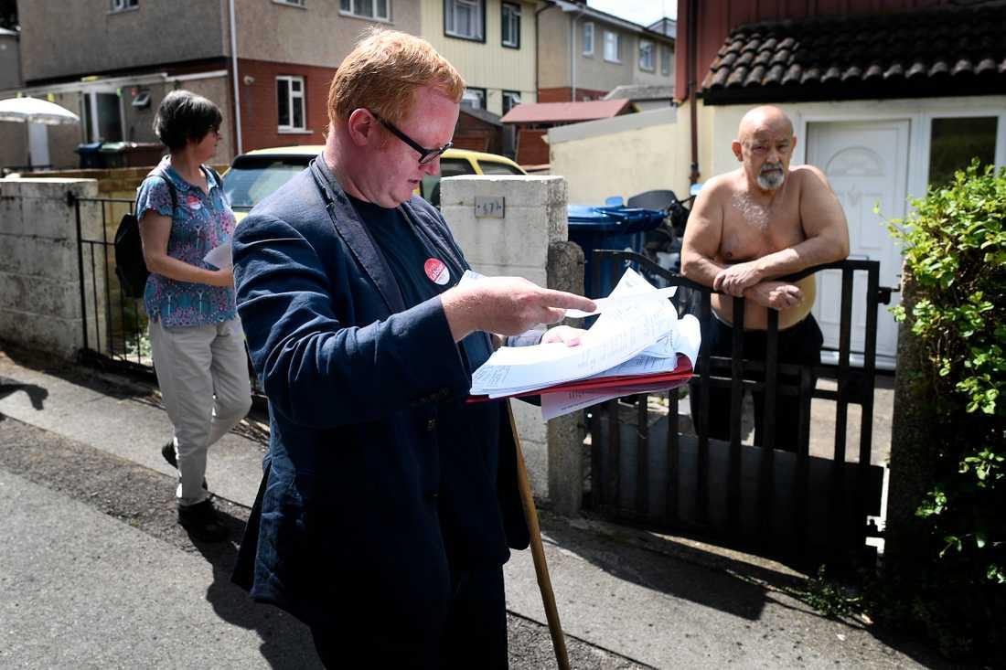 Luke Akehust fick flest röster i valet till Labours partistyrelse. han leder den falang som är lojal mot nyblivna partiledaren Keir Starmer. Bilden är från när Aftonbladet följde med Akehurst på dörrknackning under förra valkampanjen.