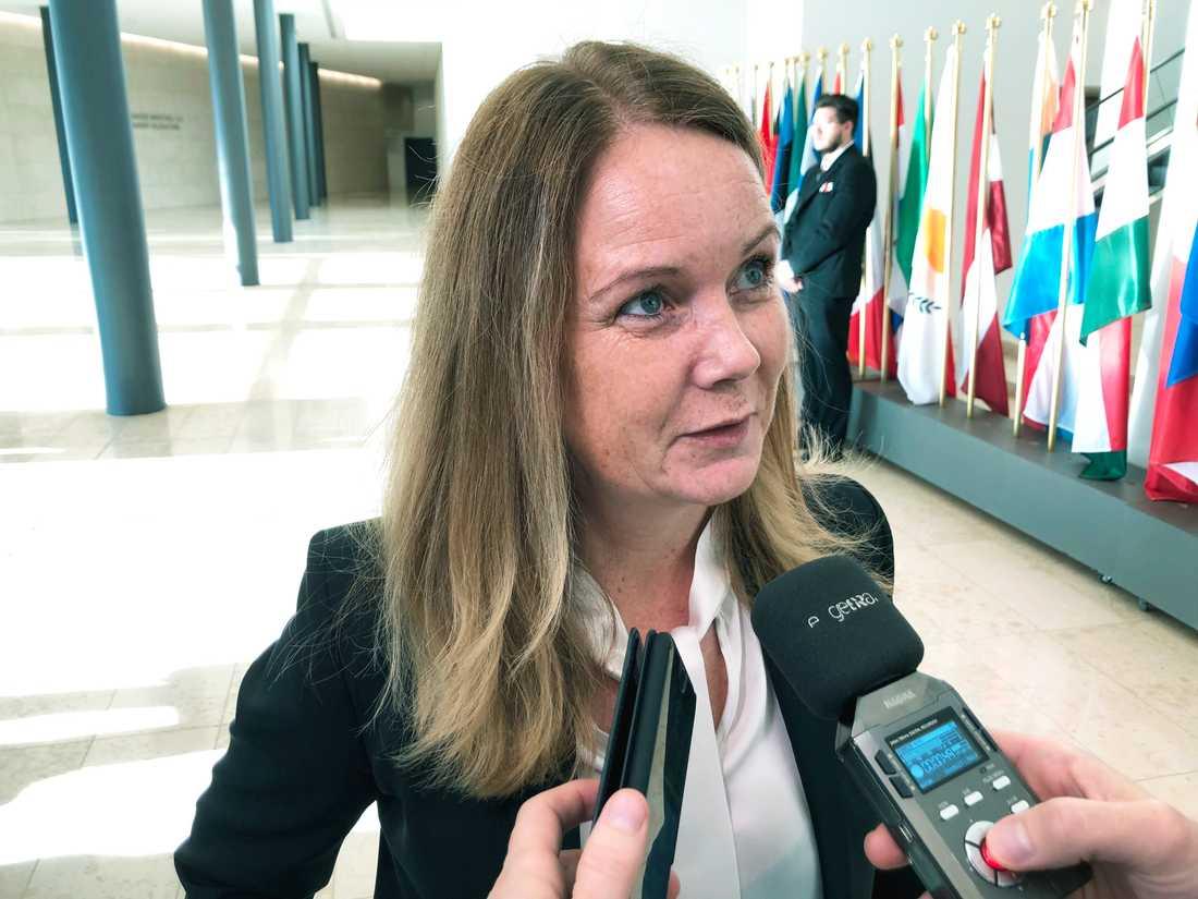 Landsbygdsminister Jennie Nilsson (S) på väg in till EU:s jordbruks- och fiskeministermöte i Luxemburg.