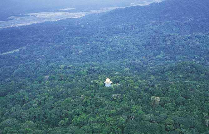 """CANOPY TOWER Hotellet i Gamboa, Panama, byggdes av amerikanska luftvapnet på 1960-talet som radarstation för att försvara Panama-kanalen. Från den 10 meter höga """"bollen"""" på taket har du en magnifik utsikt över djungeln, inloppet till Panama-kanalen från Stilla havet och Panama City skyline. Prisläge: 400-550 euro/natt. www.canopytreehouses.com.au"""