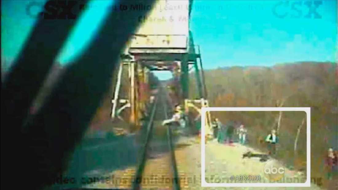 Tågets egen kamera visar hur teamet knappt hinner undan. Enligt ABC News har tåget en stoppsträcka på 1,6 kilometer.