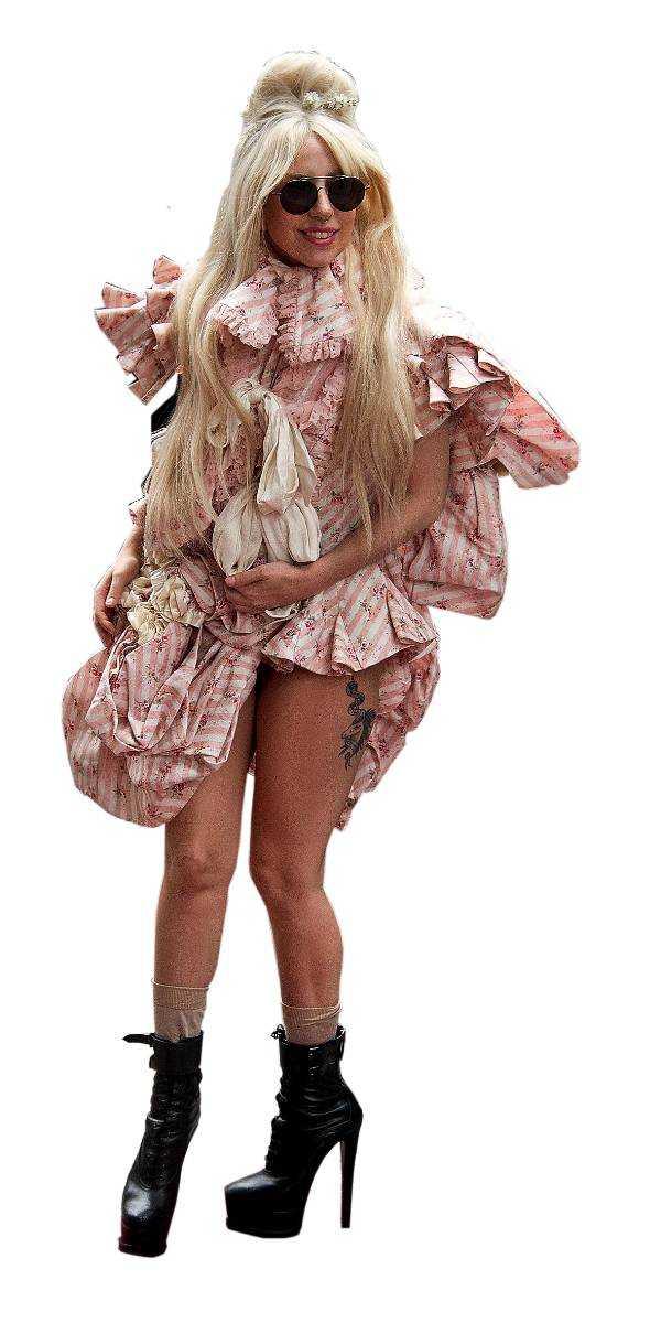 Lady Gaga anländer till hotellet i Berlin.
