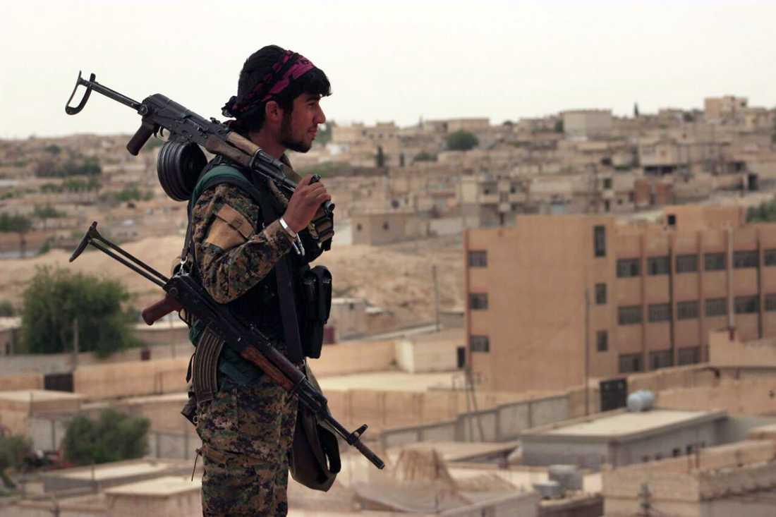 En SDF-soldat på ett tak i utkanten av Tabqa efter en lyckad offensiv mot IS i området, i slutet av april.