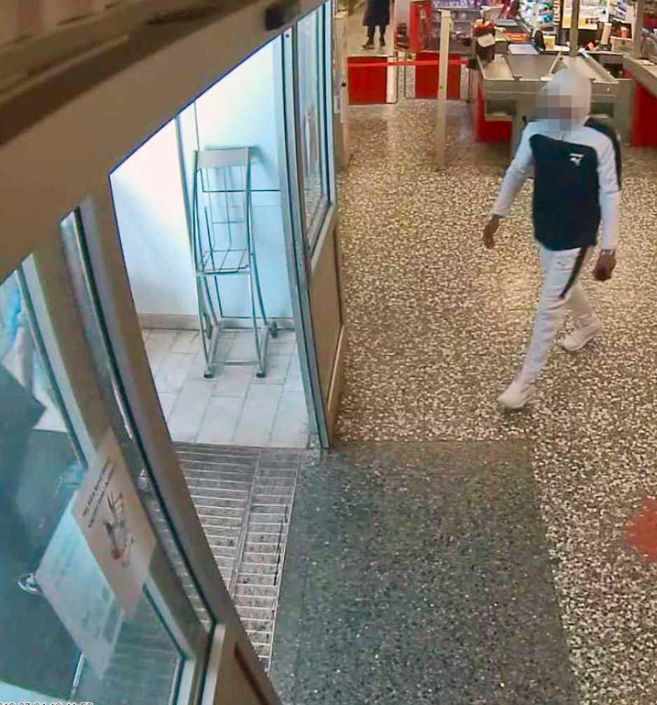 Den misstänkte 24-åringen på ICA i Husby före mordet han misstänks för på samma dag. Han har tidigare under dagen köpt kläderna han bär och fångats på en övervakningsfilm på butiken Footlocker på Hamngatan.