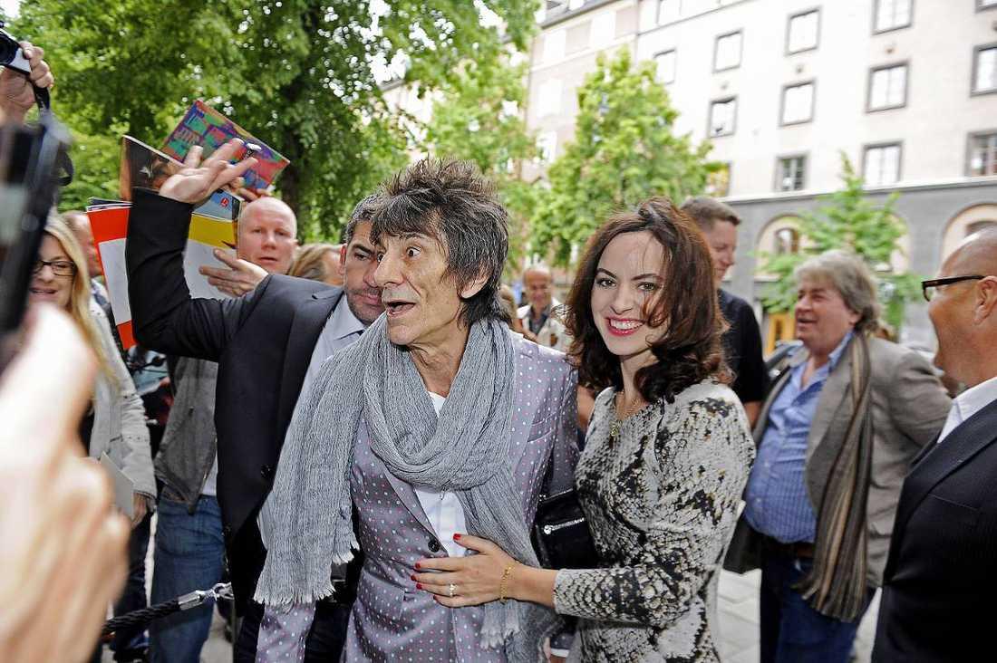Ronnie Wood och hans hustru Sally mötte fansen utanför ett konstgalleri i centrala Stockholm, men vakter tvingades till sist rycka in och hjälpa paret till deras bil.