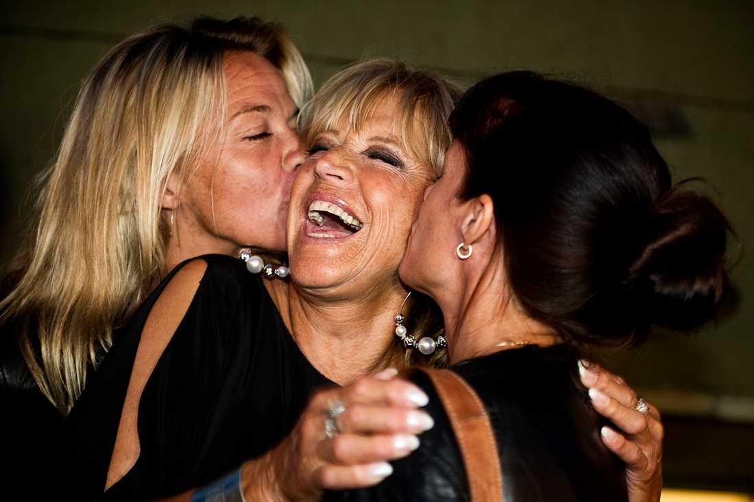"""Barbro """"Lill-Babs""""  Svensson med döttrarna Kristin Kaspersen  och Malin Berghagen vid Allsång på Skansen 2013."""