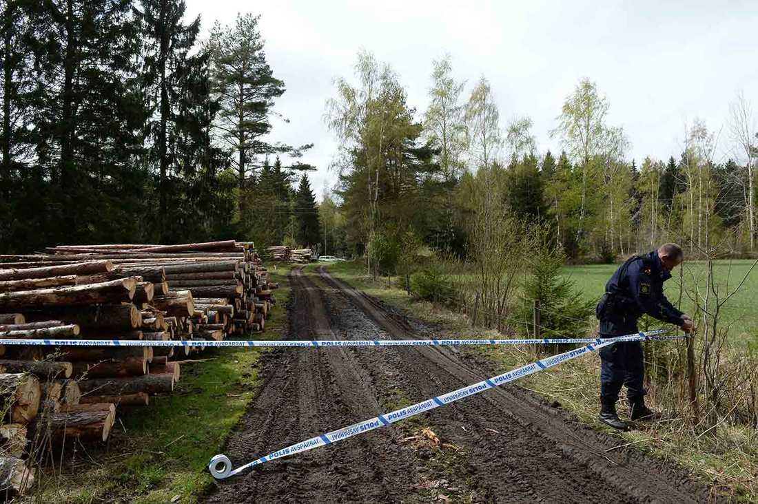 Polisen spärrade av skogsvägen vid Gryttby.