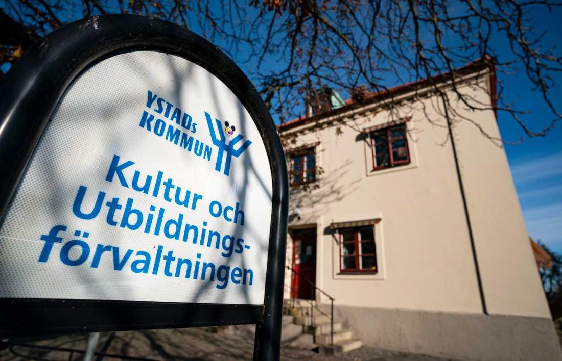 Efter att Ystads kommun begärt överprövning av polisens tidigare beslut att lägga ner förundersökningar mot de två föräldrar som misstänks ha isolerat sina barn från omvärlden återupptas förundersökningen mot paret. Arkivbild.