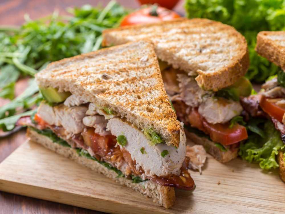 Club sandwich med kyckling och bacon.