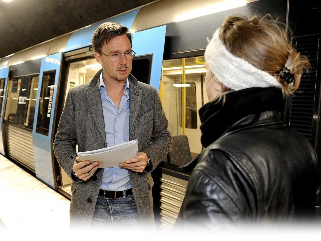 """PRATADE OM SINA PLANER Lärarstudenten Therese hamnade i samma tunnelbanevagn som ungdomsgänget med åtta killar. """"Jag hörde att de pratade om att de skulle slå Reinfeldts son så jag lyssnade noga på allt de sa"""", säger hon till Aftonbladets reporter."""
