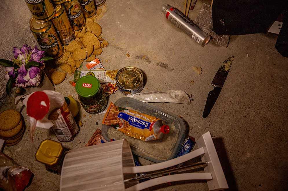 Någon/några har tagit över en övergiven källarlokal i centrala Stockholm. Inne i utrymmet fanns en stor säng, kondomer, dusch, stöldgods och rödmålade lysrör i taket.