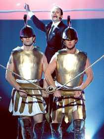 STÅR I CENTRUM Programledaren Kristian Luuk tar stor plats i Melodifestivalen. Han startar med en lång show – där han själv är i fokus.