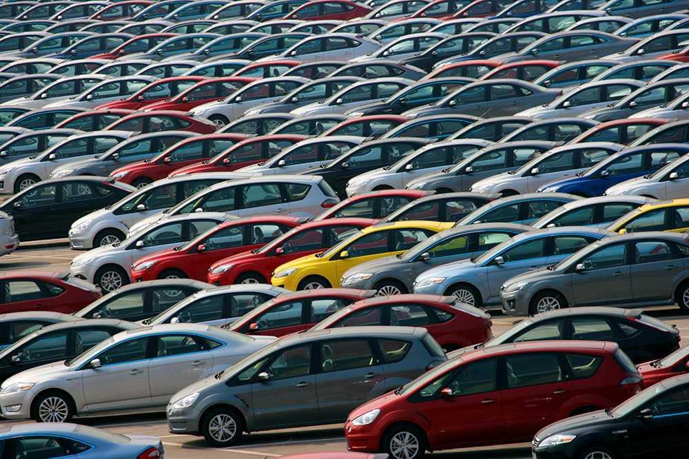 Stora lagervolymer och en minskad försäljning gör att det kommer att bli billigare att köpa en begagnad bil framöver.