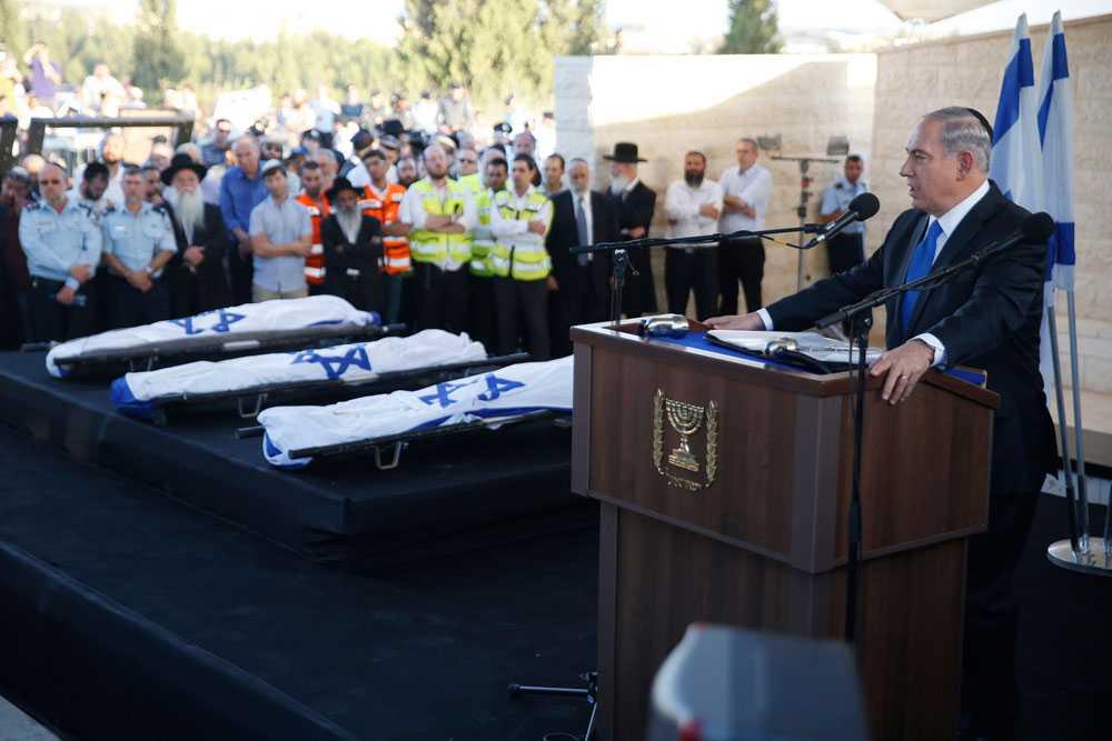 Sista juni hittas de tre bortförda pojkarna döda norr om Hebron. Israels premiärminister, Benjamin Netanyahu, säger att Hamas kommer att betala för dådet. Hamas förnekar kidnappningen. Samma dag som pojkarna begravs attackerar Israel 30 mål i Gaza.