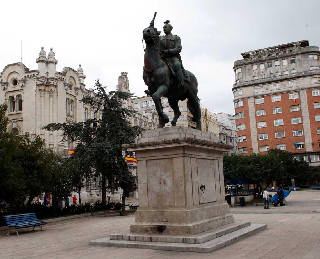 Spaniens regering beslutade 2007 att statyer, plaketter och andra symboler som påminner om Francos styre skulle avlägsnas från offentliga byggnader. Sedan dess har statyer som den på bilden, tagen i staden Santander 2007, plockats ner. Arkivbild.