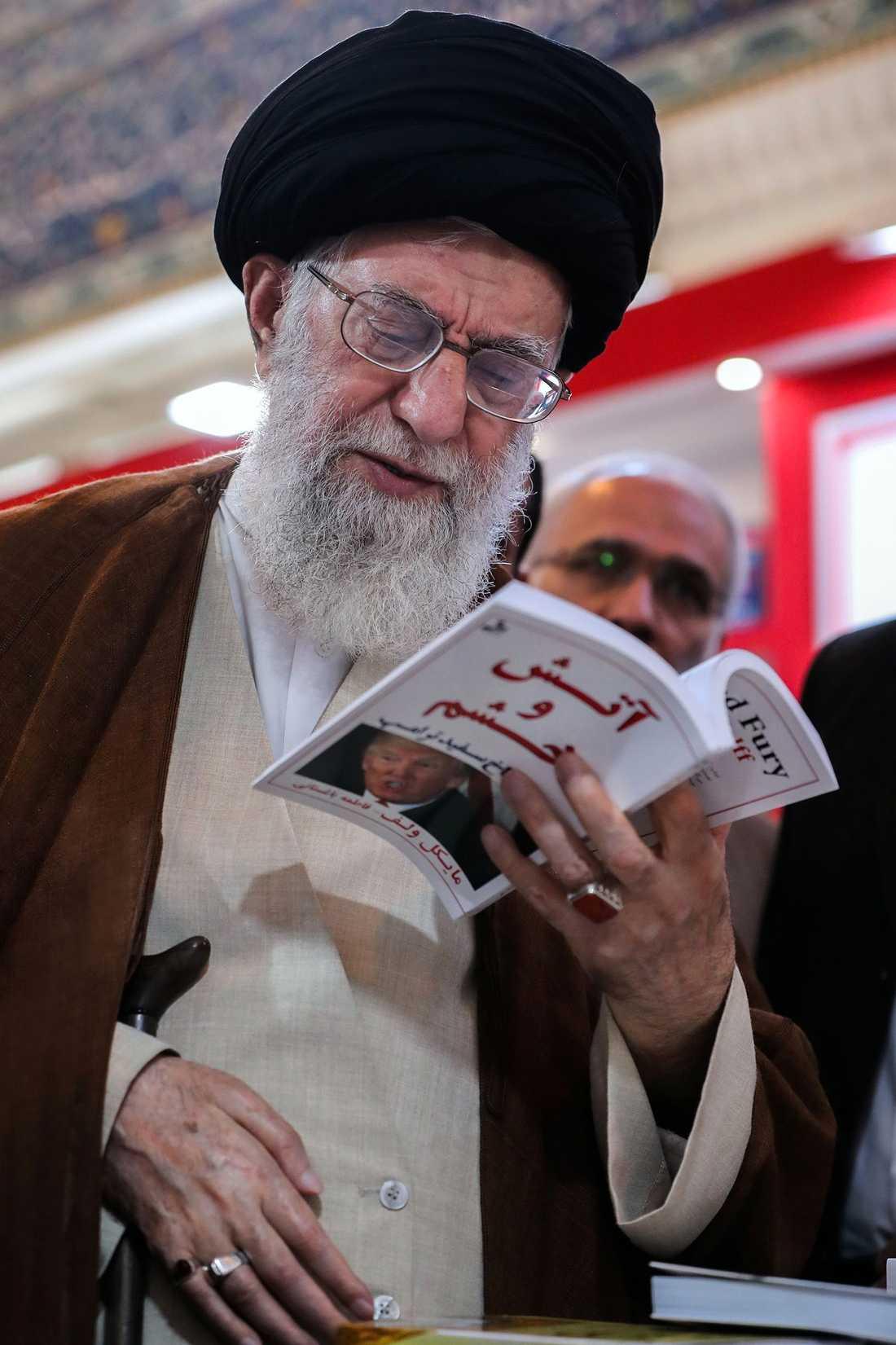 "Ayatollah Ali Khamenei läser Michael Wolffs bok ""Fire and Fury"" på bokmässan i Teheran."