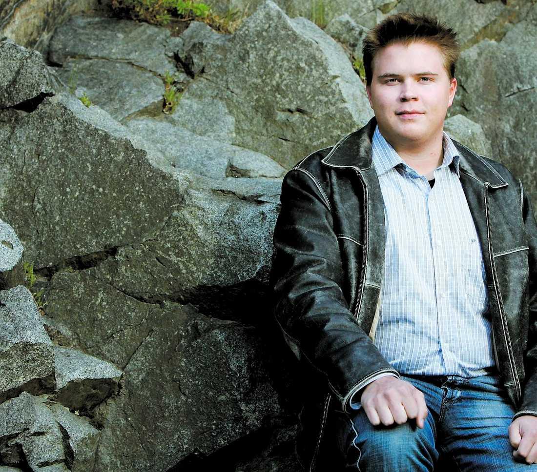 """""""JAG BRANN SOM EN FACKLA"""" Över ett år efter olyckan i lumpartältet vid I 19 i Boden lider Tobias Eriksson, 20, fortfarande av ärren. """"Det var nära att jag fick sätta livet till"""", säger han."""