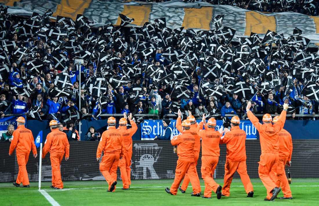 Gruvarbetare vinkar till Schalkes supportrar inför en match i veckan.