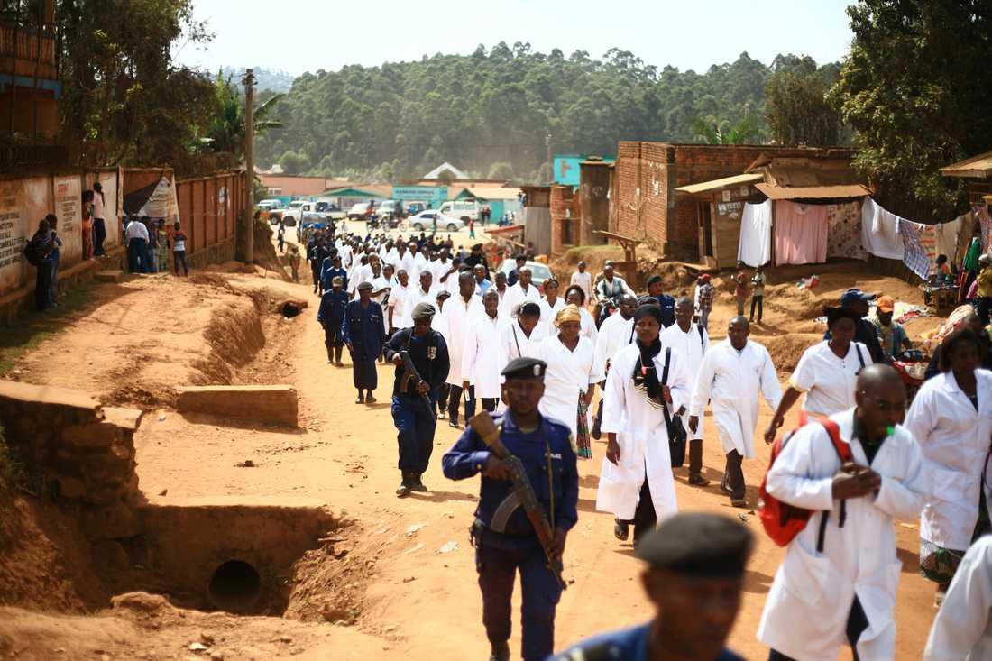 Hälsopersonal demonstrerar i staden Butembo, belägen i östra Kongo, den 24 april efter att en kamerunsk läkare från WHO mördats i en attack.