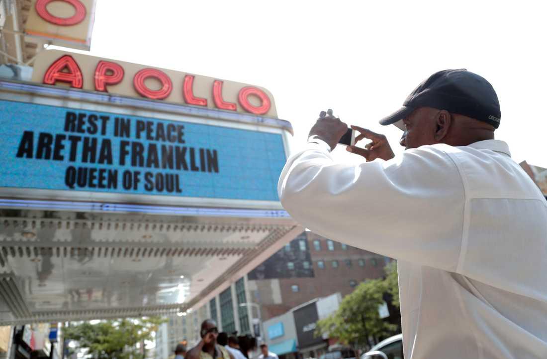 Apollo Theater i New York var snabbt uppe med en hyllningsskylt till Aretha Franklin.