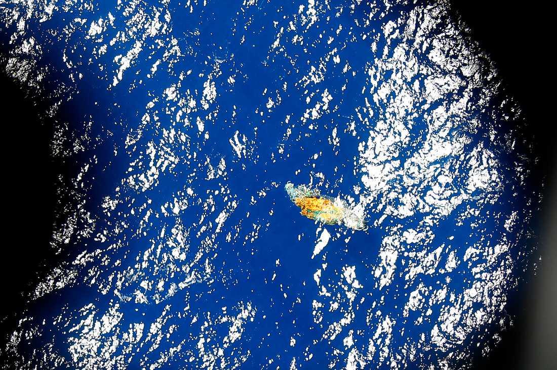 Ett okänt föremål ses flyta i vattnet när ett flygplan flyger över sökområdet i Stilla havet.