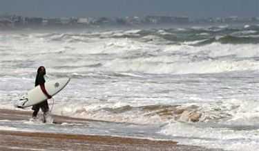 En man i St. Augustine i Florida passar på att surfa en sista gång innan orkanen Frances når kusten.
