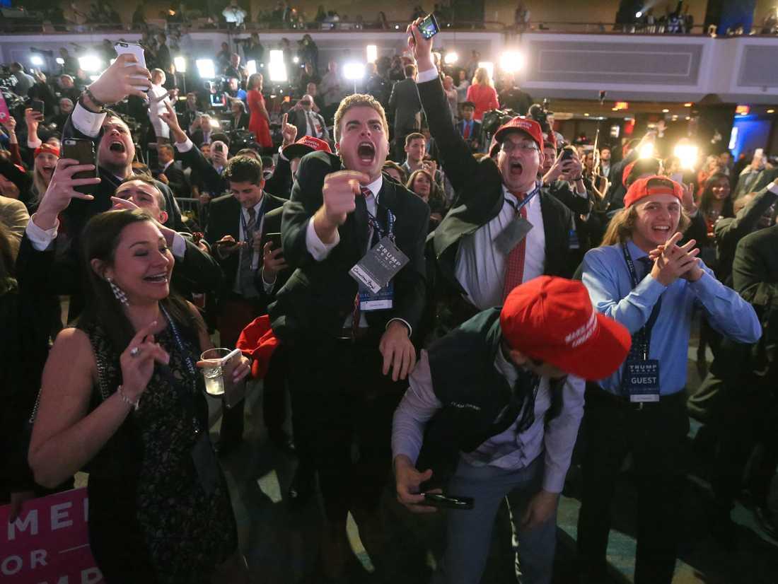 SEGERVRÅL Jublet visste inga gränser bland fansen på Donald Trumps valvaka när resultaten började gå republikanernas väg.