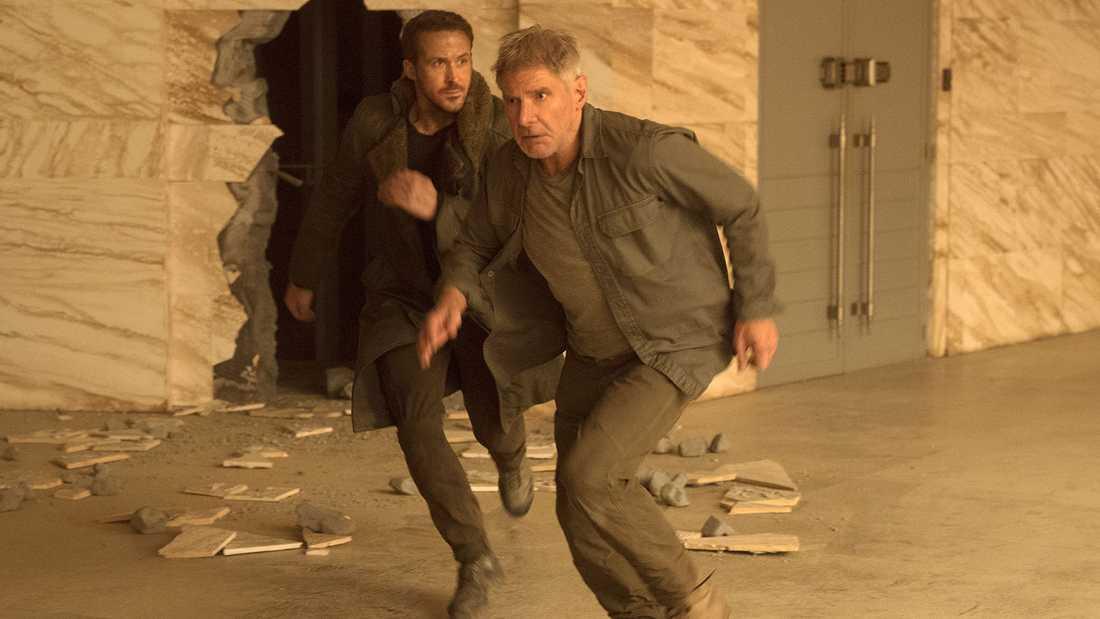 """yan Gosling och Harrison Ford på språng i """"Blade runner 2049""""."""