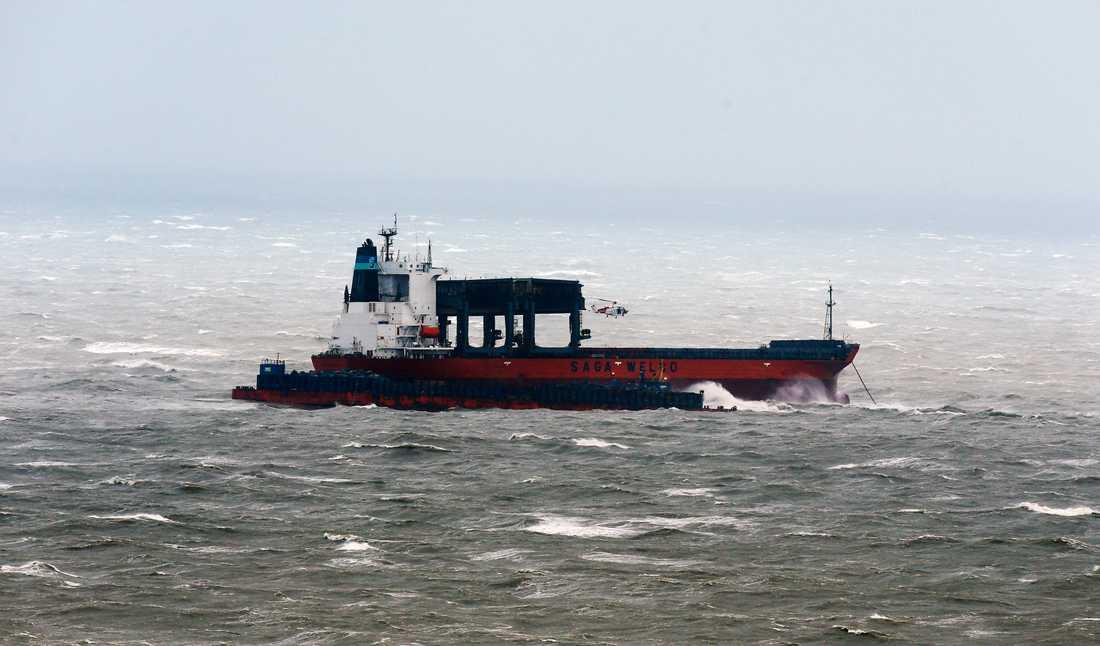 Fast i stormen Ett fartyg började ta in vatten i Engelska kanalen och fick evakueras