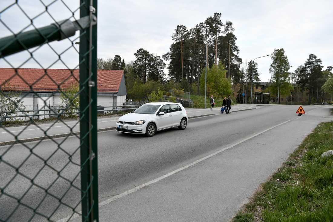 En man dog när två personer blev påkörda av en polisbil i området Gottsunda i Uppsala.