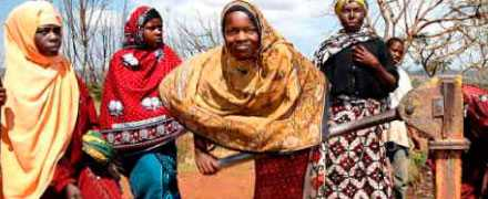 ARBETAR FÖR DIG Jane Emmanuel, 14, bor i byn Bongo i Tanzania. Hon pumpar vatten. Varje dag hämtar hon 20 liters dunkar fem gånger. Hon drömmer om att bli lärarinna. I år går 36 Miljarder dollar till Afrika söder om Sahara. Det är lika mycket som regionen betalar i räntor och avbetalningar till den rika världen och de vinster storföretag tar hem.
