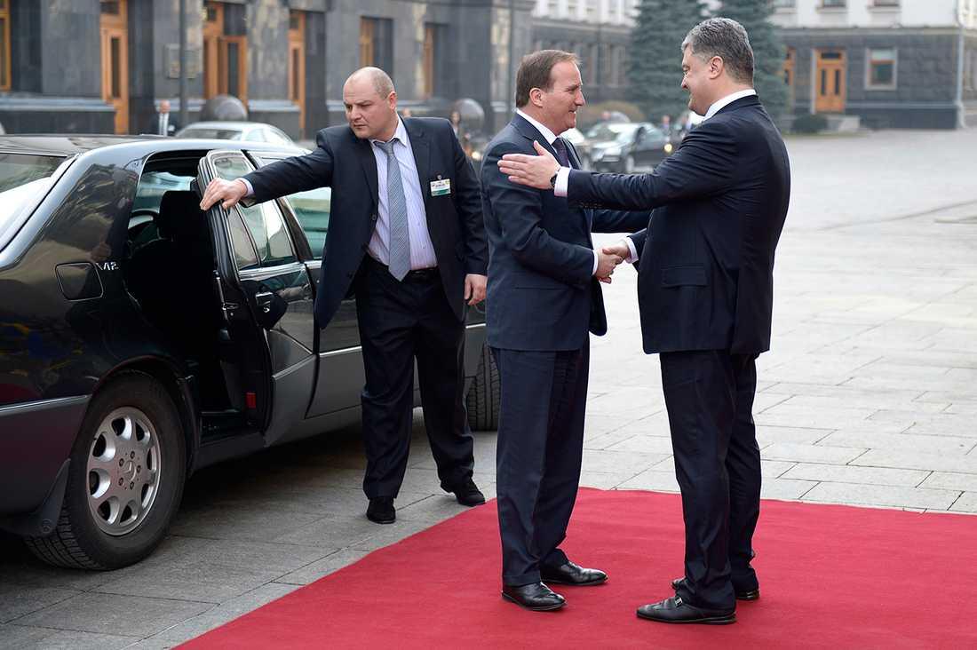Löfven välkomnas av Ukrainas president Petro Porosjenko.
