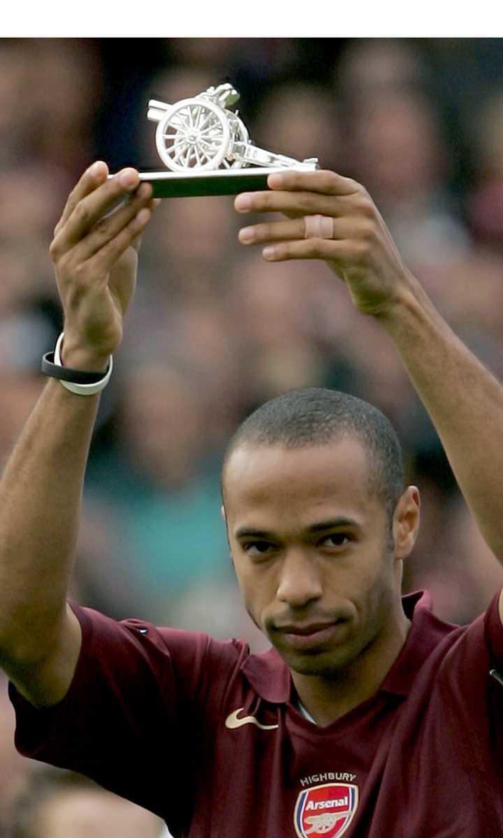 Henry får ta emot priset som meste målgörare i Arsenal, 2005. Han vann skytteligan i Premier League 2002, 2004, 2005 och 2006.