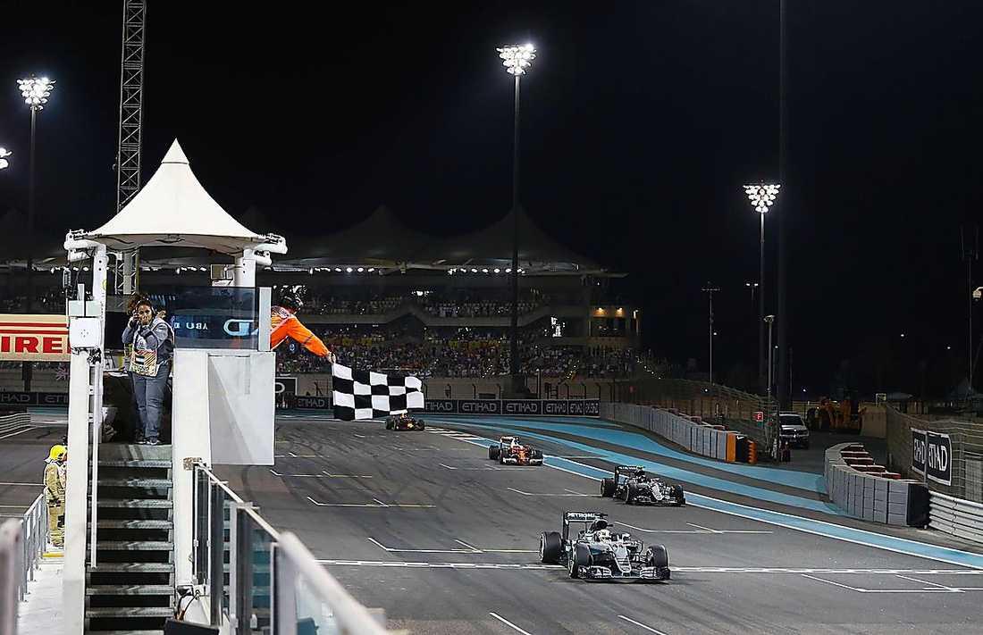 Nico Rosberg passerade mållinjen som tvåa efter stallkamraten Lewis Hamilton. Det räckte för Rosberg som därmed blev världsmästare för första gången. Och då började också festen med vänner, Mercedes-anställda, hustrun Vivian Sibold samt mamma Sina och pappa Keijo Rosberg. De två senare såg loppet på ett hotell och kom till banan efter målgången. FotoMercedes Twitter-konto när pappa Keijo kom till sonen Nicos mästarfest. Far och son omfamnade varandra direkt.