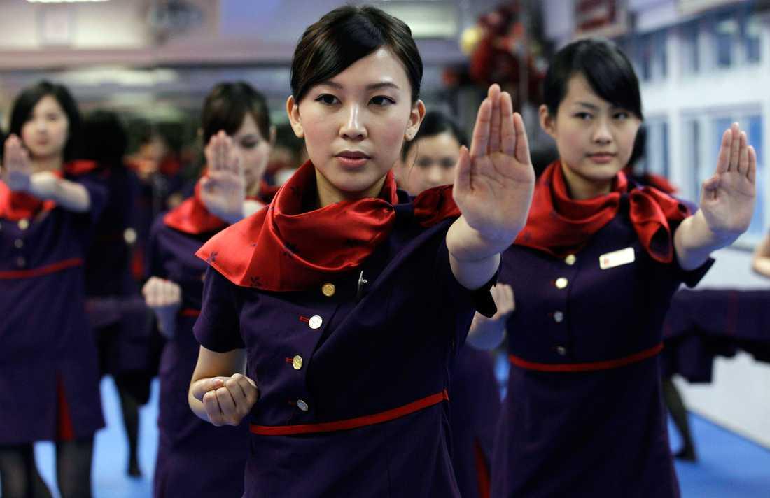 Hong Kong Airlines började utbilda sin kabinpersonal i kung fu våren 2011.