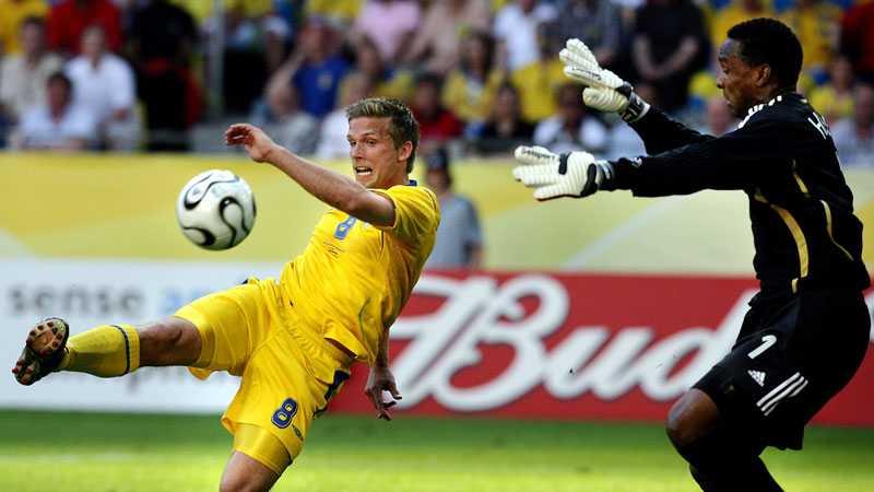 VM i Tyskland 2006 blev inget lyckat mästerskap för varken Anders Svensson eller Sverige. Här försöker han görgäves överlista Shaka Hislop i Trinidad och Tobago mål.