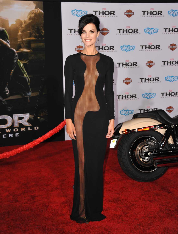 """Jaimie Alexander Jaimie Alexander spelar en av karaktärerna i """"Thor: The Dark World"""" och valde en minst sagt avslöjande klänning till premiären av filmen i LA."""