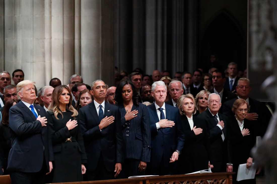 En företrädare och tre efterträdare. Fyra presidentpar på GeorgeHW Bushs begravningsceremoni i Washington: Donald och Melania Trump, Barack och Michelle Obama, Bill och Hillary Clinton samt Jimmy och Rosalynn Carter.