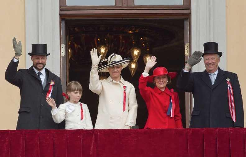 Hallå … och sedan vinkade kronprins Haakon, prinsessan Ingrid Alexandra, kronprinsessan Mette Marit, drottning Sonja och kung Harald lite till, till sina undersåtar.