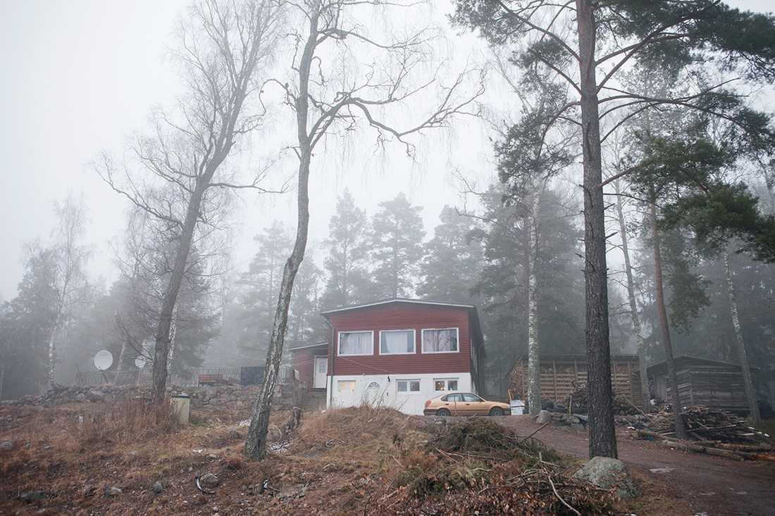 Jan Emanuel Johanssons bolag hyr ut SSU:s tidigare kursgård till en målerifirma som upplåter lokalerna som bostad åt ett 20-tal personer.