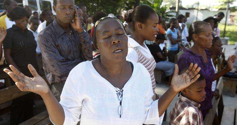 STOR SORG Aftonbladet besökte en söndagsmässa i episkopalkyrkan i Léogane cirka en vecka efter att jordbävningen lamslog Haiti. Gudstjänstdeltagarna sörjde då sina vänner, barn, anhöriga och alla andra som brutalt rycktes bort i katastrofen. I dag är den en månad sen jordbävningen och en minnesceremoni kommer att hållas i huvudstaden Port-au-Prince.