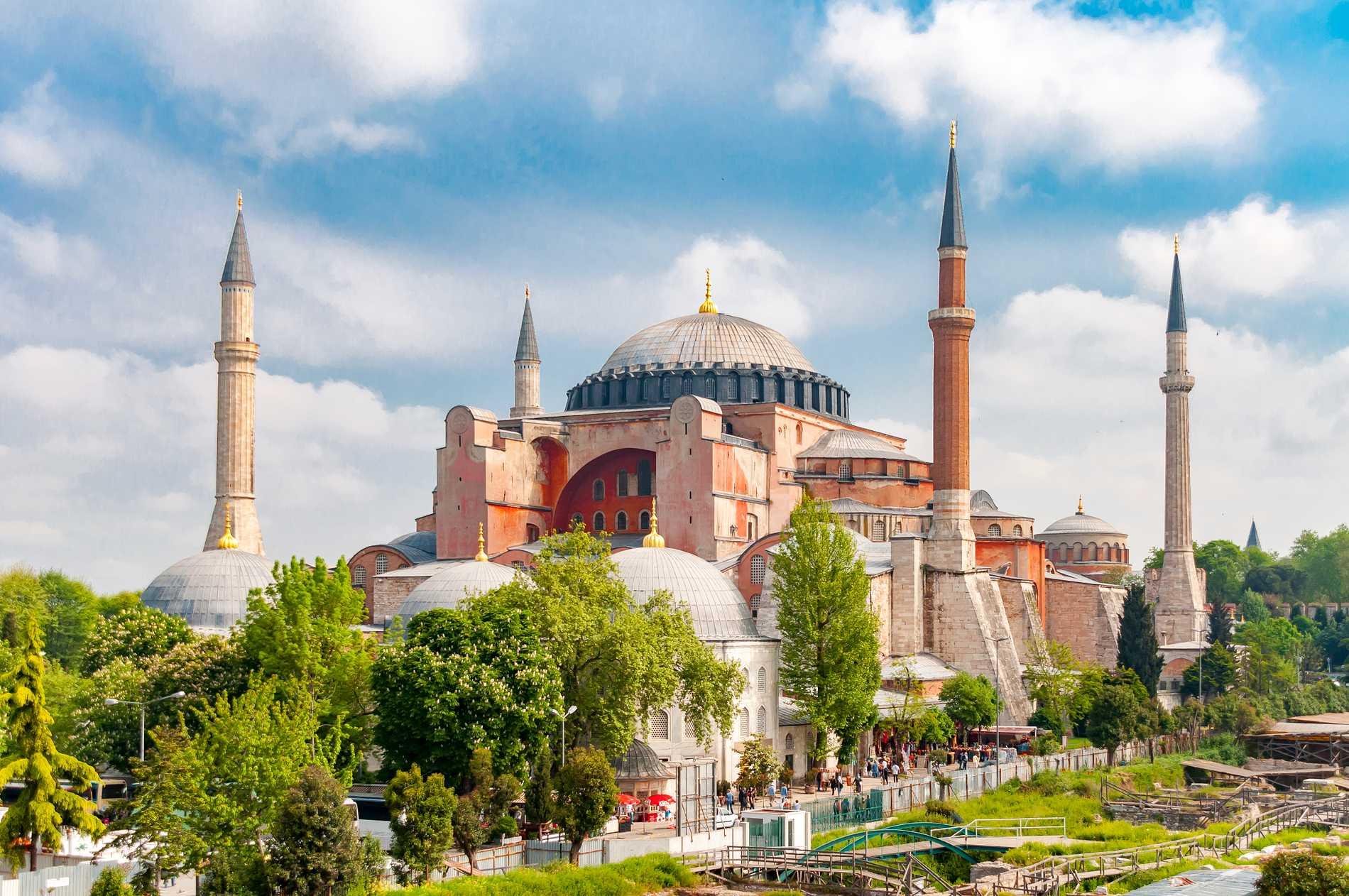 Hagia Sofia har varit kyrka, moské och i dag används byggnaden som museum.