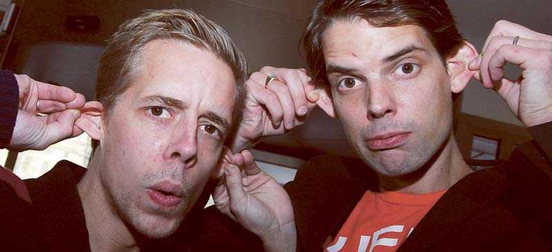 """Bröderna Calle och Alex Schulman driver tillsammans humorsajten """"1000 apor""""."""