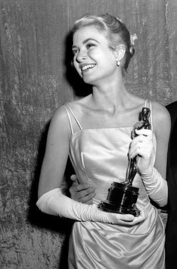 Skådespelerskan Grace Kelly som på 50-talet blev furstinna av Monaco och dyrkad av många för sin skönhet. Som sitt namn Grace så förkroppsligade hon ordet och klädde sig som en äkta aristokrat, perfektion med andra ord.