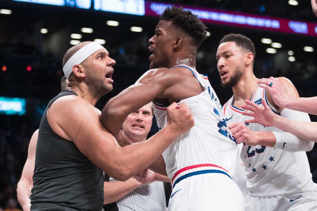 Brooklyn Nets forward Jared Dudley (vänster) och Philadelphia 76ers Jimmy Butler i bråk.