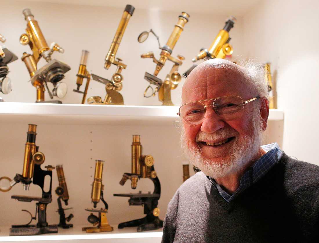 William C Campbell i sitt hem i Massachusetts, USA, efter beskedet att han vunnit Nobelpriset.