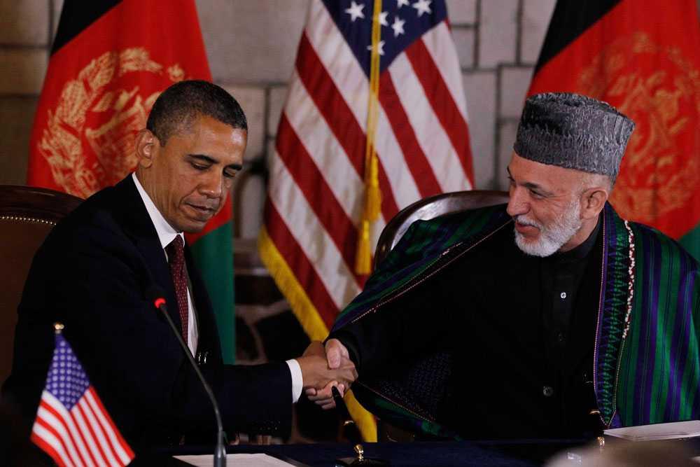 USA:s president Barack Obama och Afghanistans president Hamid Karzai skakar hand efter sitt möte i presidentpalatset i Kabul. Kort efter det exploderade en bilbomb i staden.