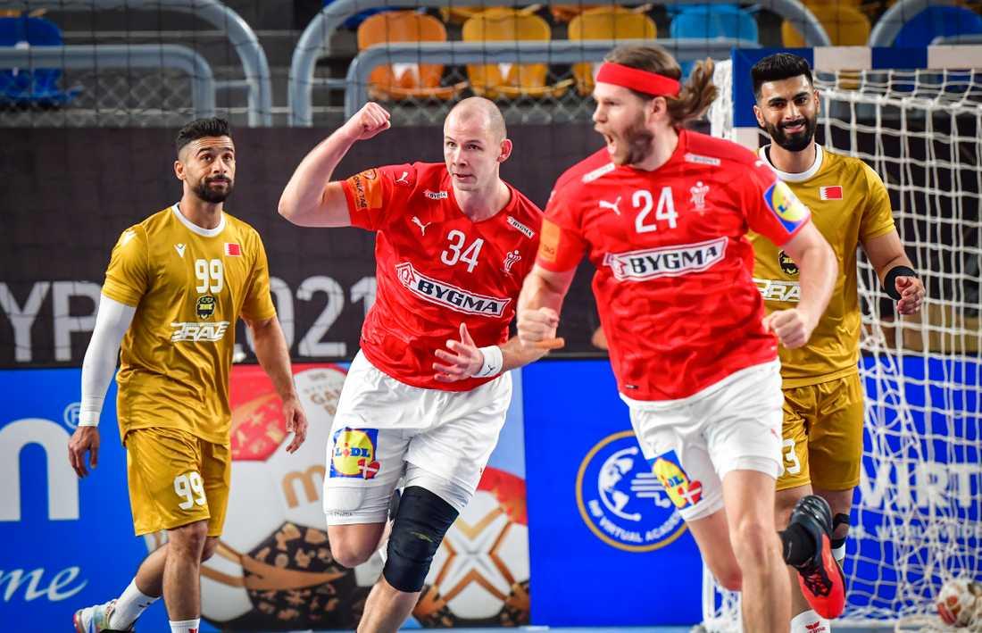 Simon Hald Jensen (#34) och Mikkel Hansen jublar efter ett av många danska mål i fredagens premiärseger mot Bahrain i handbolls-VM.